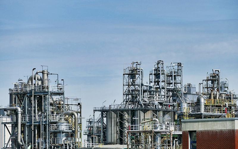 大手総合化学メーカー系通関業者様より通関業務支援システムTOSS-LOGIPORTを80ライセンス受注。<br>併せて導入される各種TOSSシリーズとの連携により、船積書類作成等の輸出入業務および工程管理を全自動化。